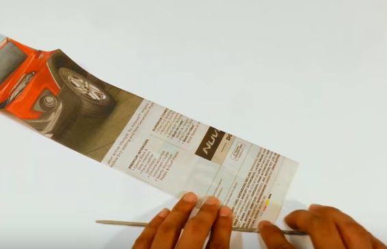 """3e4d19d39 Nastrihajte si hárky novín na rovnako veľké pásiky a narolujte ich na  špajdľu. Začnite z rohu a rolujte krížom, nech je """"papierová palička"""" čo  najdlhšia."""
