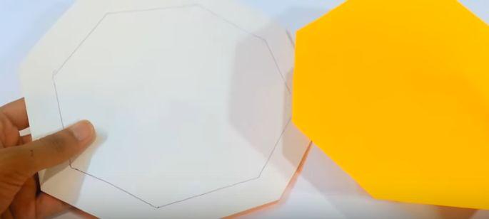"""e06e5a558 Jeden z osemuholníkov obkreslite na farebný papier a vystrihnite – jeden vo  zväčšenom rozmere a jeden """"normálny"""", podľa predkreslených čiar."""